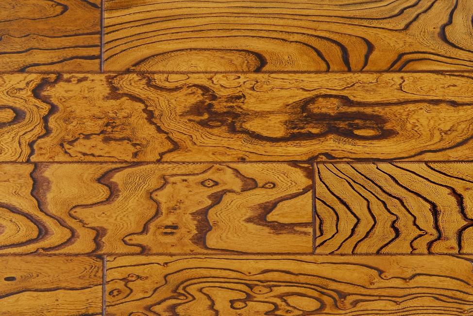一、榆木地板的清洁 1、如果不小心被指甲油、墨水、酒等污染到地板,应立即用指甲油清除剂等清洗剂擦洗干净,使用中切勿用砂纸打磨,慎用清洗剂等化学物质,以防止破坏表面耐磨层。 2、平时简单的清洁,可以用吸尘器吸尘,用半湿布、拖把擦抹即可,注意拖把不能太湿,应拧干后使用。 3、当地板因很多的积垢而变得难以清洗,可以用脱酯剂和25的温水相混合,在使用脱酯剂前,地板应进行充分的清洁。 二、榆木地板的保养 1、保持房间内的湿度,因为榆木地板不喜湿度过大,要注意地板的干燥、光洁,平时开窗通风,交流空气,让地板能有一个